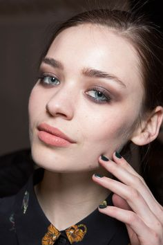Nicole Miller FW15 | a smudgy lid and fleshy pink lip for a darker, mystical look. By MAC #makeup