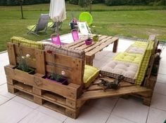un mobilier de jardin avec un canapé en palettes