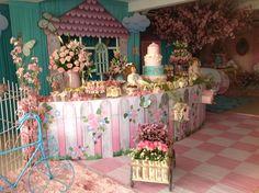 Festa linda com decoração inspirada nas Bonecas de papel!! A Era Uma vez decorações resgatou o espirito infantil de 20, 30 anos atrás com es...
