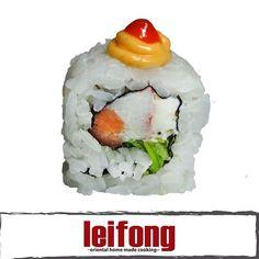 Maneki Neko Roll  (Cangrejo, salmón, cebollin y queso philadelphia con topping de mayonesa picante y chile srirasha)  #leifong #sushi  Tel. 2563-7541