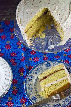 bolo Victoria com cobertura e recheio de morango