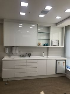 Do you like the high gloss finish here- this is also white on white for cabinet and countertop - do you like this or prefer contrast with the countertop? Clinic Interior Design, Clinic Design, Doctors Office Decor, Medical Office Decor, Doctor Office, Dental Cabinet, Cabinet Medical, Cl Design, Esthetician Room