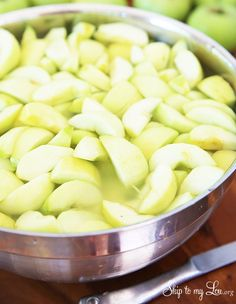 If you are packing lunches, serving apples for a party or making my homemade apple pie filling you need to start with crisp fresh apples. Nothing is more unappetizing that brown apples. Here are few quick Fruit Recipes, Apple Recipes, Healthy Recipes, Keep Apples From Browning, Homemade Apple Pie Filling, Fresh Apples, Canning Recipes, Baking Tips, Fruits And Veggies