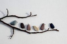Per valorizzare un'anonima parete: due rami di albero e qualche sasso di fiume!