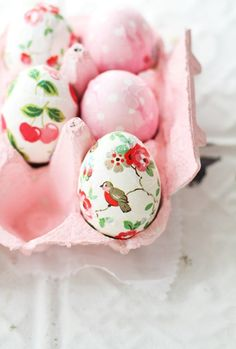 Easter egg idea - decoupage paper on eggs - love it Hoppy Easter, Easter Bunny, Easter Eggs, Holiday Crafts, Holiday Fun, About Easter, Diy Ostern, Easter Parade, Festa Party