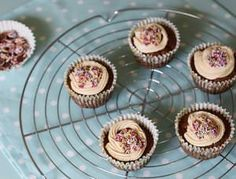 Low-Syn Chocolate Confetti Cupcakes syns each) — Slimming Survival Slimming World Curry, Slimming World Cake, Slimming World Desserts, Low Syn Chocolate, Raspberry Roulade, Slimming World Survival, Low Syn Treats, Confetti Cupcakes, Biscuits