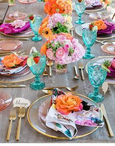 Delighted with this spring wedding bursting with vibrant colors! Beach Wedding Tables, Beautiful Table Settings, Strictly Weddings, Deco Table, Holiday Tables, Decoration Table, Dinner Table, Event Decor, Spring Wedding
