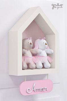 Um toque de amor e carinho no cantinho da princesa! O Enfeite de Porta Nicho Casinha Tricot Luxo Rosa traz delicadeza e requinte para o quarto de menina! Com uma linda ursinha e coelhinha é ideal para pendurar na porta ou complementar a decoração! Salve essa fofura e garanta o seu! #tricot #enfeitedeporta #enfeitedeportamaternidade #MDF #nicho #nichocasinha #decorar #decoração #ursinha #coelhinha #quartodebebe #quartodemenina Baby Bedroom, Girls Bedroom, Master Bedroom, House Shelves, Mom And Baby, Decoration, Girl Room, Wood Crafts, Home Office