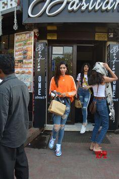 Mumbai: Khushi Kapoor seen at Mumbai& Bandra - Social News XYZ Photos: seen at Bandra Celebrity Casual Outfits, Glamorous Outfits, Trendy Outfits, Celebrity Style, Cool Outfits, Bollywood Outfits, Bollywood Fashion, Chic Summer Outfits, Fashion Terms