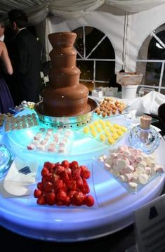 62 Best Ideas For Fruit Table Wedding Display Buffet Fruit Buffet, Dessert Buffet, Candy Buffet, Dessert Bars, Dessert Tables, Chocolate Fountain Recipes, Chocolate Fountains, Wedding Snacks, Wedding Desserts