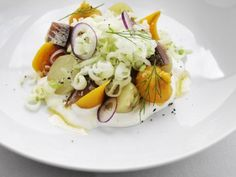 Matjessill med pepparrot, äpple och brynt smör Winter Warmers, Potato Salad, Tapas, Seafood, Good Food, Apple, Meat, Chicken, Breakfast