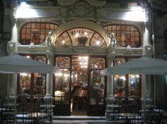 Cafe  Majestic Oporto.1921. Su importancia se debe tanto a un ambiente cultural que lo rodea, en especial la tradición del café tertulia , donde conoció a varias personalidades de la vida cultural y artística de la ciudad, así como su identidad arquitectónica de estilo Art Nouveau . En 2011, se denominó la sexta más hermosa cafetería en el mundo