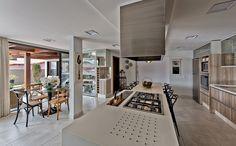 Decoração de casa, casa, casa com varanda. Cozinha com revestimento de madeira, banqueta preta.