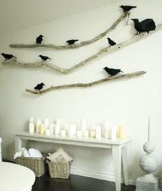 branches d'arbre et corbeaux sur le mur