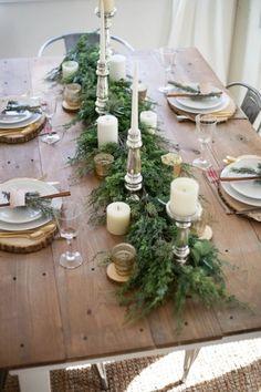 Еловые, пихтовые или можжевеловые ветки, уложенные в центре стола и украшенные свечами, — это стильно и ароматно. Кстати, в качестве альтернативы свечам можно перевить еловые ветки светящейся елочной гирляндой