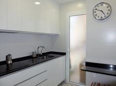 Reforma de cocina con pequeña barra de desayuno y pavimento Vives por Accesible Reformas