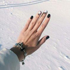 Din păcate multe femei consideră că unghiile scurte nu sunt potrivite pentru o manichiură elegantă. Total greșit! Redacția noastră vă prezintă 6 reguli simple pentru îngrijirea unghiilor scurte. Dacă veți urma aceste indicații, veți avea mereu mâini frumoase și unghii foarte îngrijite. 1. Calitatea ojei este decisivă Pe unghii scurte cel mai bine arată oja roșie – aceasta e o soluție clasică universală, care va fi potrivită oricând și oriunde. Excepție sunt unghiile lungi – aici oja roșie…
