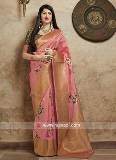 Buy sarees at a discount. The most beautiful sari for you. Modern and current sari. Buy a beautiful sari. Dupion Silk Saree, Satin Saree, Art Silk Sarees, Banarasi Sarees, Wedding Sarees Online, Silk Sarees Online, Saree Wedding, Bridal Sarees, Bridal Mehndi