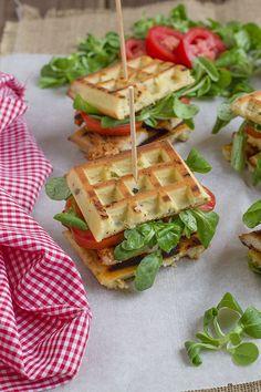 sandwich gofre relleno de pollo, lechuga y tomate