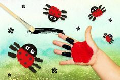 Ladybug painting with finger paints familie.de – Handicrafts – … - My CMS Fall Arts And Crafts, Diy And Crafts, Holiday Activities, Family Activities, Christmas Carol, Family Christmas, Diy For Kids, Crafts For Kids, Finger Painting