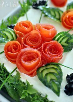Aina välillä tulee pyyntöjä tarkempiin ohjeisiin voileipäkakun koristekurkkujen leikkausta varten, niin että ne näyttävät ruusun lehdiltä....