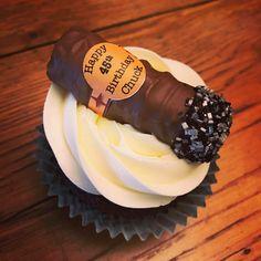 Twix bar cigar on Guinness cupcakes Cigar Cupcakes, Cigar Cake, Cupcakes For Men, 30th Birthday Parties, 50th Birthday Party, Birthday Cupcakes, Birthday Ideas, Havana Nights Party Theme, Guinness Cupcakes