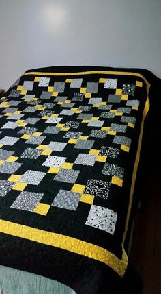 This type of photo is definitely a very inspirational and magnificent idea You are in the right place about patchwork quilting bohemian Here we offer you the most beautiful pictures about Bargello Quilts, Scrappy Quilts, Easy Quilts, 9 Patch Quilt, Quilt Blocks, Colchas Quilting, Quilting Designs, Black And White Quilts, Yellow Quilts