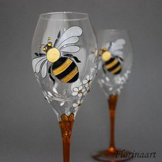 Bee wine glasses Bees and Honeycomb Bee personalised gift Decorated Wine Glasses, Hand Painted Wine Glasses, Painted Wine Bottles, Cut Bottles, Wine Glass Crafts, Bride And Groom Gifts, Wedding Glasses, Wedding Flutes, Bottle Painting