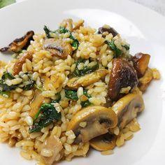 """607 Me gusta, 6 comentarios - Dieta sana con nutricionistas (@corporissanum) en Instagram: """"¡Súper platazo para empezar el día! Arroz integral con setas y espinacas. Un plato que seguro que…"""" Risotto, Favorite Recipes, Diabetes, Ethnic Recipes, Instagram, Food, Arrows, Spinach, Healthy Recipes"""