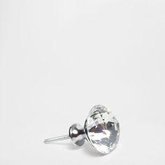 Dispõe de um parafuso passante com porca.<br> Dimensões aproximadas do parafuso:<br>Comprimento: 4 cm <br>Largura: 4 cm <br>Altura: 7 cm