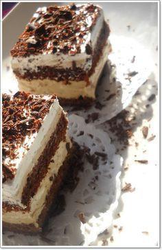 Prajitura cu ness Ingrediente: Blat: 10 oua 200 g zahar 5 lg pesmet 5 lg faina 5 lg cacao 5 lg miere 15 g praf de copt 50 ml lapte 270 ml ulei un praf de sare vanilie Crema: 5 oua 150 g zahar 4 plicuri g) 500 ml lapte 6 linguri amidon 2 g) gelatina. Romanian Desserts, Romanian Food, Romanian Recipes, Great Desserts, Delicious Desserts, Baking Recipes, Cake Recipes, Kolaci I Torte, Good Food