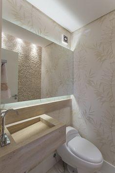 No lavabo, uma das paredes recebeu pastilha de mármore travertino Bathroom Layout, Bathroom Furniture, Powder Room, Bathroom Lighting, New Homes, Bathtub, House Design, Decoration, Home Decor