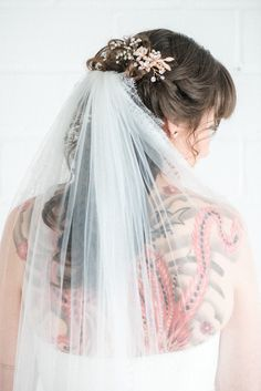 Bridal hairstyle with veil, back tattoo, open hair, headpiece, getting ready - bridal looks - Hochsteckfrisur Open Hairstyles, Casual Hairstyles, Vintage Hairstyles, Girl Hairstyles, Wedding Hairstyles, Bridal Hairstyle, Short Natural Curls, Natural Hair Styles, Short Hair Styles