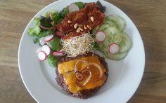 Cheeseburger op een bedje van sla met cheddar kaas. Koolhydraat arm gerecht deel van de weekmenu's op gobento.nl