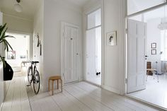 Those white floors. Great home styling, no longer an exclusivity - emmas… Scandi Living, Home And Living, Best Interior, Interior And Exterior, Interior Doors, Decoration Hall, White Hallway, Swedish House, White Rooms