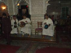 Voorbeeld van het thema 'vrienden onder elkaar'. Deze foto laat mannen in traditionele kleding zien met traditionele Marokkaanse instrumenten in een Marokkaans restaurant met een Marokkaans menu