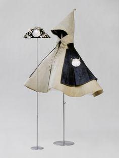 Pilgermantel des Stephan III. Praun (1544-1591) (Pilgermantel)    Inventarnummer:  T551  Datierung:  1571  Material/Technik:  Leder, schwarz, Muschel, Bein