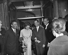 Bij vertrek uit de treveszaal aan het haagse binnenhof staan de verloofden prinses irene en prins carlos hugo van bourbon-parma…