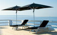 sombrillas y tumbonas negras en la terraza