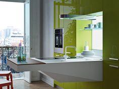 cuisine ultra-moderne en blanc mat et vert laqué avec tablette lunch