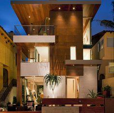 Casa de tres pisos con madera en la fachada