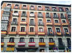 Calle de Toledo. Edificio típico de la zona con profusión de banderas españolas y catalanas en sus balcones. Street of Toledo. Typical building in the area with a profusion of Spanish and Catalan flags on its balconies