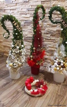 21 Christmas Porch Decoration Ideas - Best of DIY Ideas Grinch Christmas Tree, Christmas Greenery, Christmas Porch, Christmas Flowers, Christmas Sewing, Outdoor Christmas Decorations, Christmas Centerpieces, Rustic Christmas, Xmas Tree