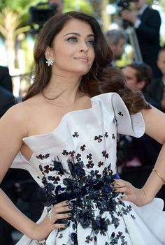 Cannes 2015: Aishwarya Rai Bachchan shines in one of her best red carpet looks | PINKVILLA