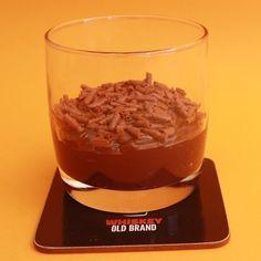 Receita com instruções em vídeo: Brigadeiro de whisky de colher, diferente e muito saboroso!  Ingredientes: 1 lata de leite condensado, 3 colheres de sopa de chocolate em pó, 1 colher de sopa de manteiga, 40g de chocolate ao leite, ½ xícara de Whisky, Confeito de Chocolate