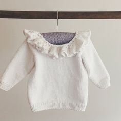 Ravelry: Babybluse med flæsekrave pattern by Pia Trans Kids Clothes Patterns, Clothing Patterns, Knitting For Kids, Baby Knitting Patterns, Toddler Outfits, Kids Outfits, Flower Power, Baby Pullover, Bobe