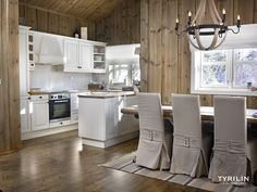 Ny lun hytte med interiørbeis – Happy Homes Norge Home Again, Kitchen Island, Cottage, Dining, Interior Design, The Originals, Architecture, House, Furniture