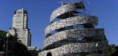 """Buenos Aires: Argentinierin baut Turm aus 30.000 Büchern Weil Buenos Aires 2011 """"Welthauptstadt des Buches"""" war, hat eine Künstlerin der Stadt ein literarisches Geschenk gemacht: Besucher konnten auf ihren """"Turm zu Babel"""" klettern - und sich später beim Abbau der Installation eins der Bücher schnappen."""