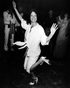 Margaret Trudeau dances at Studio 54 in New York City on the eve of her husband's 1979 election defeat. Margaret Trudeau, Studio 54, Trudeau Canada, Vintage Outfits, Vintage Fashion, Vintage Clothing, Women's Fashion, Fidel Castro, Justin Trudeau