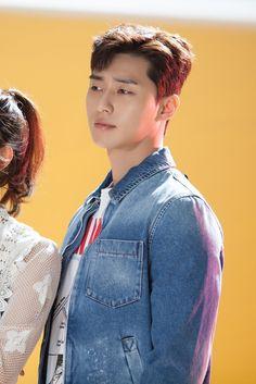'Fight My Way' tung poster kèm hình ảnh hậu trường siêu dễ thương của Park Seo Joon - Kim Ji Won